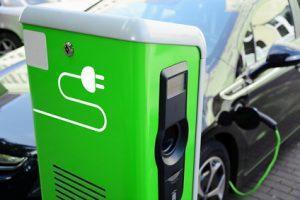 Hybrid-Fahrzeug an Ladestation