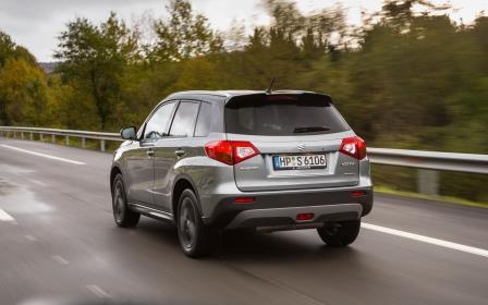 Suzuki Vitara S 2015 Dynamisch Ausen Schraeg Hinten