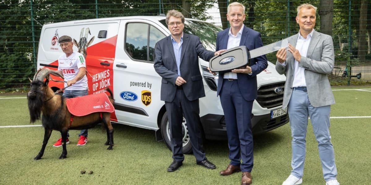 Ford bringt FC-Maskottchen Hennes emissionsfrei zum Stadion