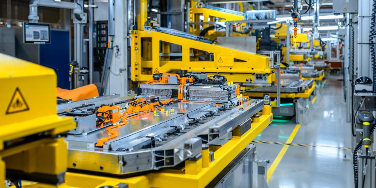 Mercedes-Benz baut Batterienproduktion E-Modelle aus