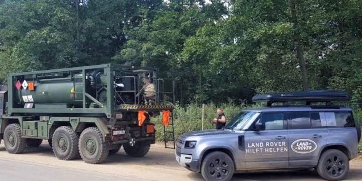 Land Rover Defender: Versorgungsfahrzeug im Hochwassergebiet