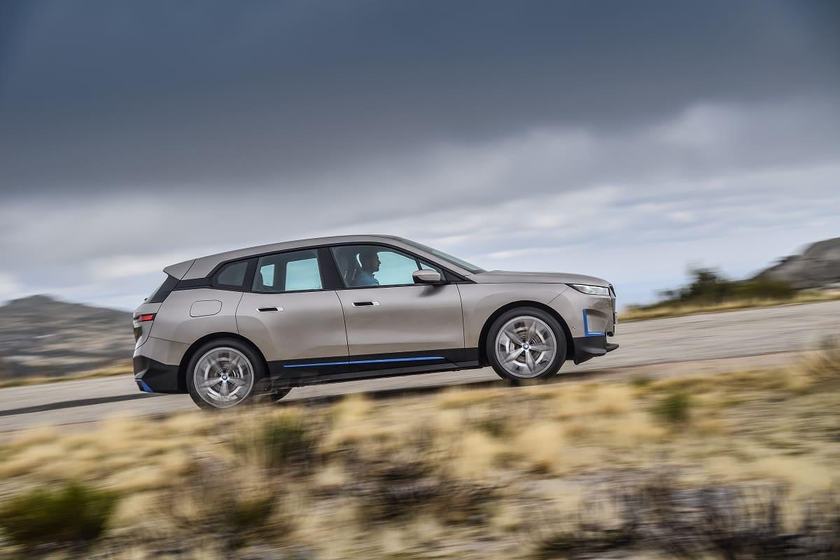 BMW iX im Test (2021): Lässt BMW's erstes E-SUV die Konkurrenz stehen?