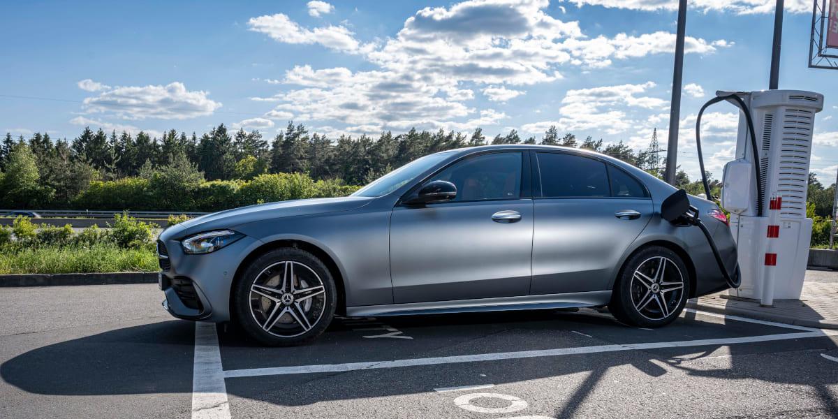 Neue Mercedes C-Klasse hängt nun am Stecker